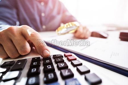 geschaeftsperson bei der UEberpruefung von finanzdaten