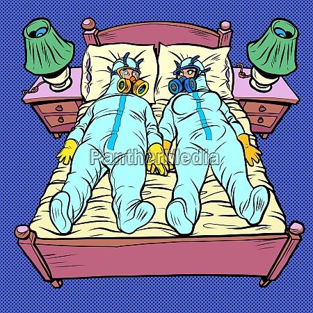 mann und frau im schlafzimmer virenschutzanzuege