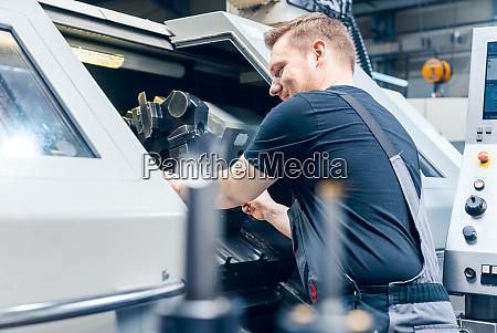 erfahrene arbeiter wechselende werkzeugaufbau der drehmaschine