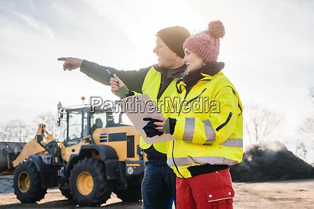 manager und arbeiter in biomassekompostwerken im