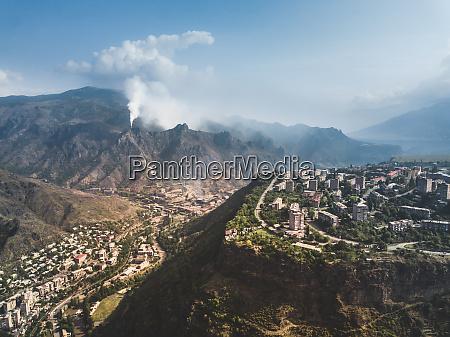 luftaufnahme der stadt in den bergen