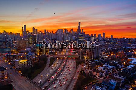 luftaufnahme der hauptverkehrszeit in chicago waehrend