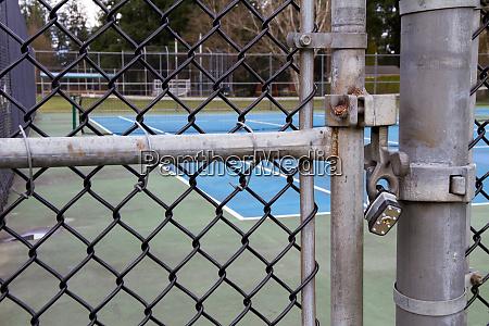 tennis court gate vorgesperrt