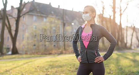 fit frau waehrend der gesundheitskrise training