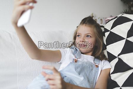 junge schoene maedchen mit smartphone auf
