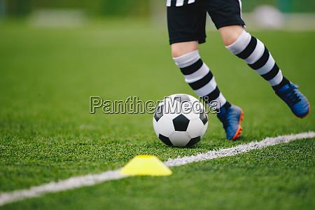 detail fussballer kicken ball auf dem