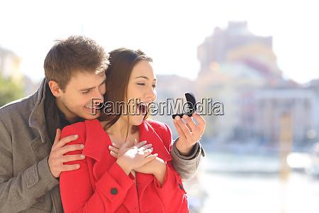 maedchen bekommt verlobungsring auf heiratsantrag