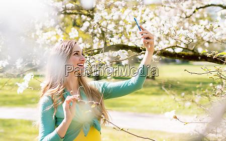junge frau macht selfie mit ihrem