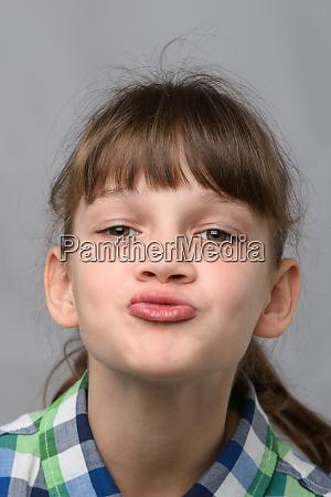 portraet eines zehnjaehrigen maedchens mit einem