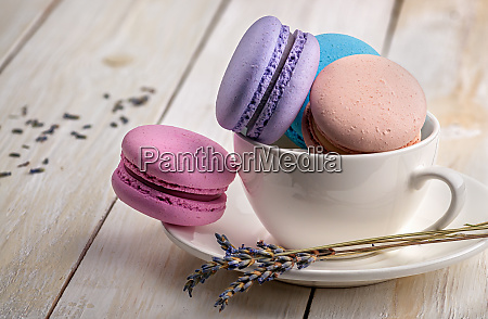 macaroons in tasse mit lavendel auf