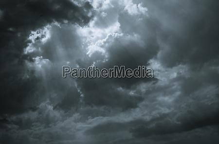 dunkle dramatische himmel und wolken hintergrund