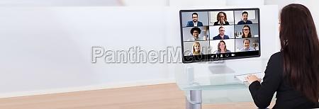 geschaeftsfrau mit videokonferenz