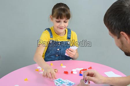 maedchen spielen karte brettspiele mit papa