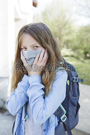 huebsche maedchen mit nase mund maske