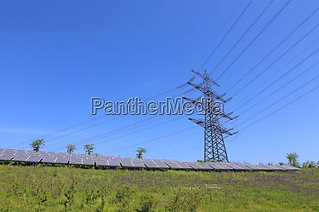 energie infrastruktur hochspannungsmast photovoltaik