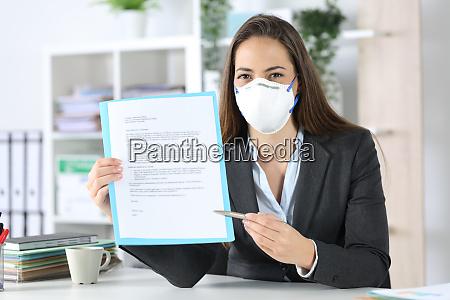 exekutive mit maske zeigt vertrag vor