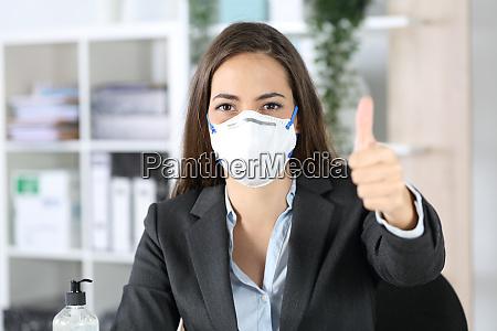 executive mit maske mit daumen nach