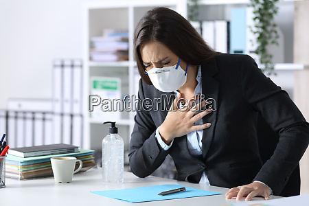 ill executive erstickt mit hand auf