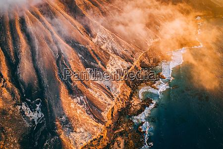 luftaufnahme der wilden atlantikkueste klippe in