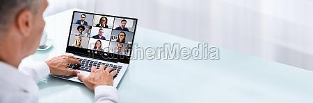 geschaeftsmann videokonferenzen mit kollegen auf laptop