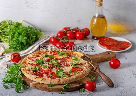 koestliche einfache pizza mit tomaten mozzarella