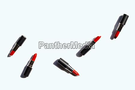 flache laienkomposition lippenstifte auf weissem hintergrund