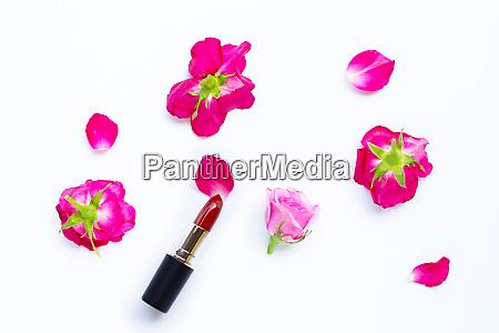 lippenstift mit rosenbluete auf ueberweiss schoenes