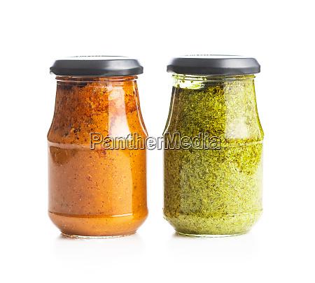 gruenes basilikum und rote tomaten pesto