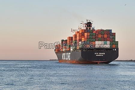 containerschiff im hafen von rotterdam