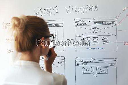 designerin arbeitet an neuem website entwicklungsprojekt
