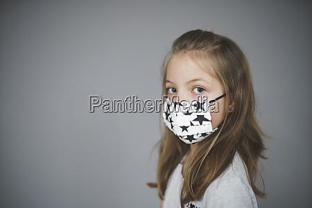 schoenes junges maedchen mit selbstgemachten mund
