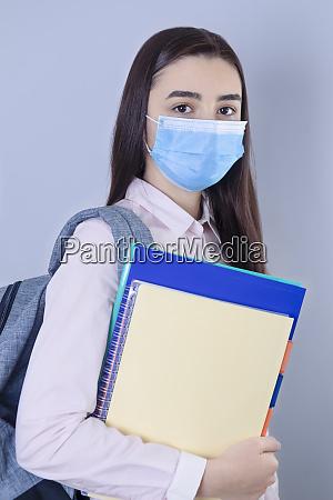 high school maedchen mit maske auf