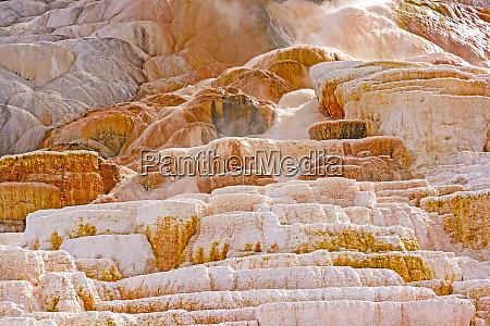 heisses wasser rauscht kalksteinterrassen hinunter
