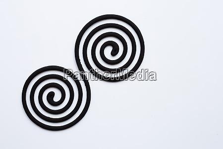 schwarze spiralmuecken abweisende spulen auf weissem