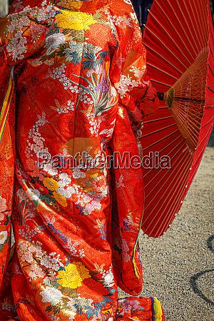 roter zwoelflagiger zeremonieller kimono japanische nationaltracht