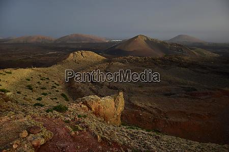 eine wunderschoene vulkanische landschaft auf lanzarote