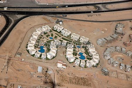 blick auf aegyptische resorts mit pools