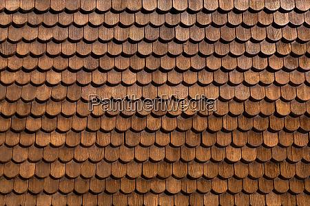 detail einer fassade aus braunen holzschindeln