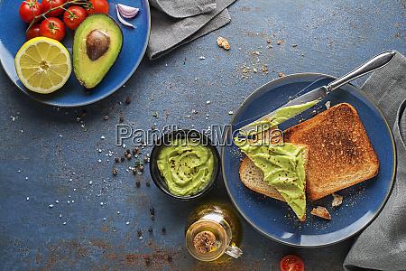guacamole sauce mit avocado