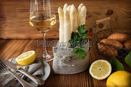 fresh asparagus with white wine
