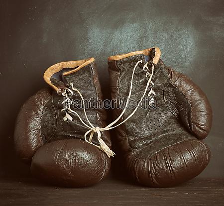 braunes leder vintage boxhandschuhe auf schwarzem