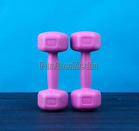 rosa kunststoff hanteln von einem kilogramm