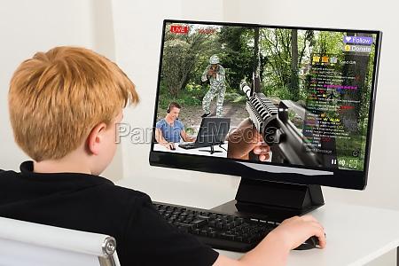 junge spielen action spiel auf dem