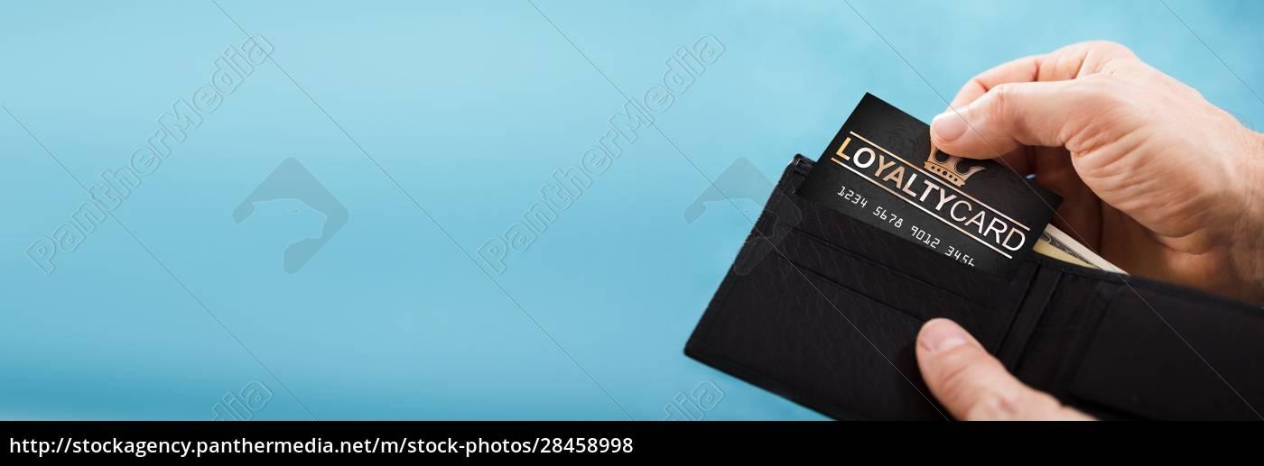 person, entfernen, treuekarte, aus, der, brieftasche - 28458998