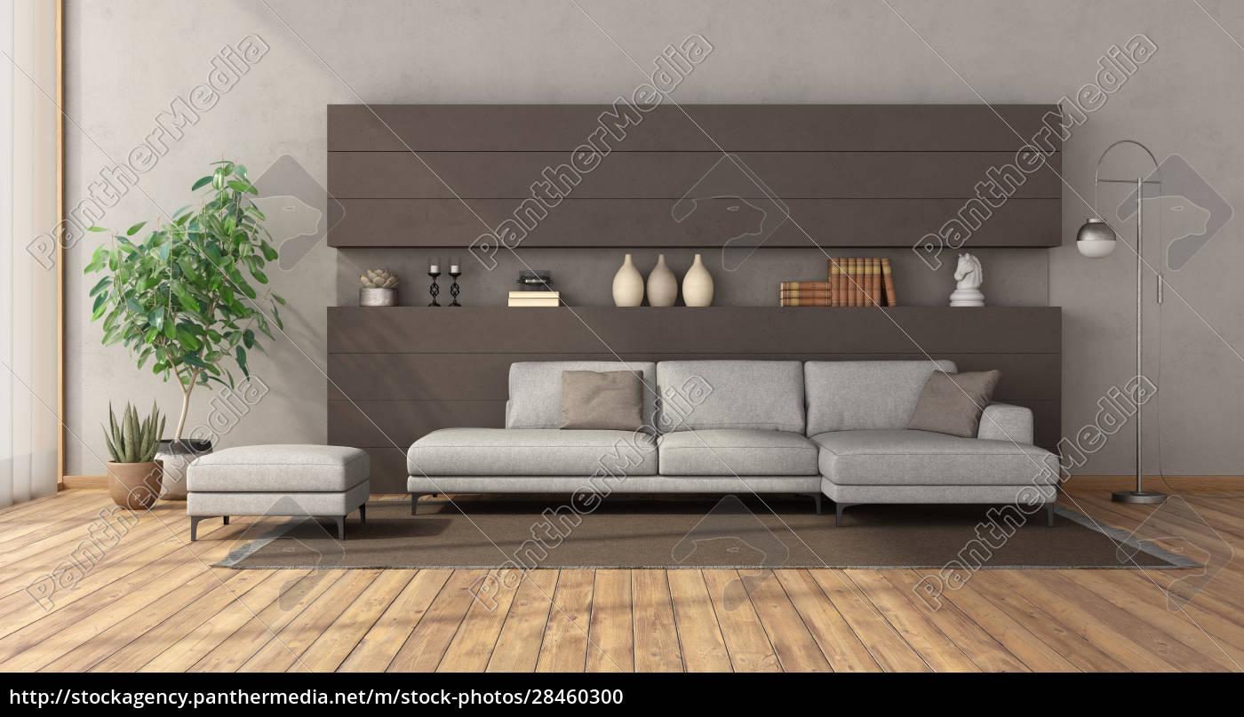 Modernes Wohnzimmer mit weißem Sofa an brauner   Lizenzfreies Foto ...