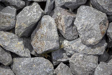groessere steinklumpen kies als fundament einer