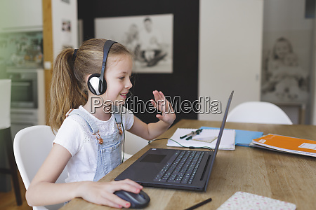 schoene junge maedchen mit headset sitzt