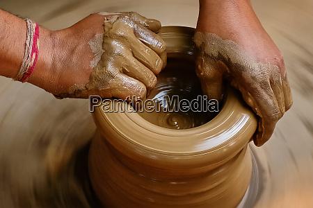 indische toepferhaende bei der arbeit shilpagram