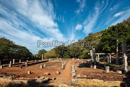 saeulenruinen und keller im buddhistischen kloster