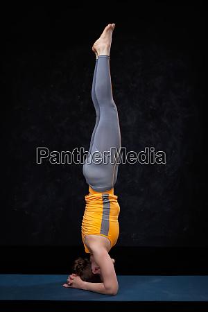 yoga frau macht yoga asana